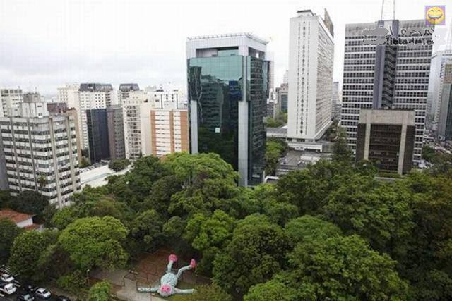 هههه راقد بالنوم في البرازيل و يجوا السياح يتصوروا معاه